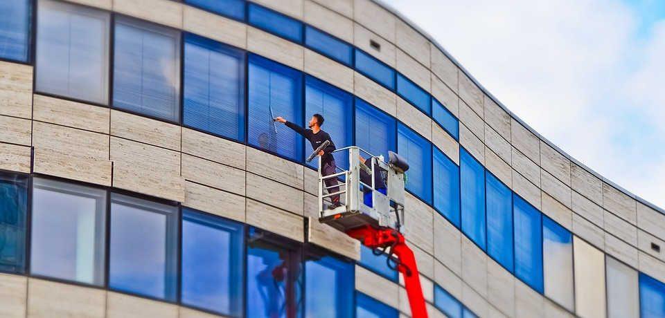 Mycie okien w biurowcu